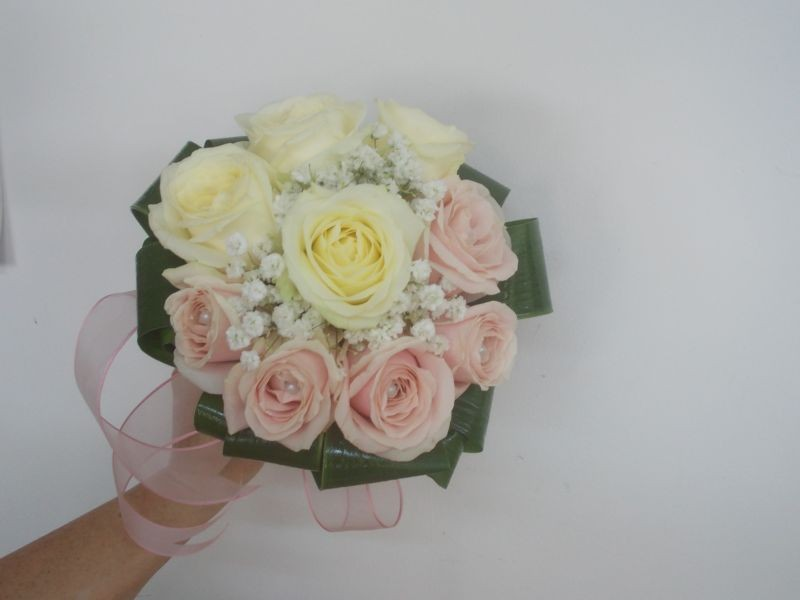 Buchet Trandafiri Roz Si Alb Cu Perle Floraria Alcevaro Din Pitesti