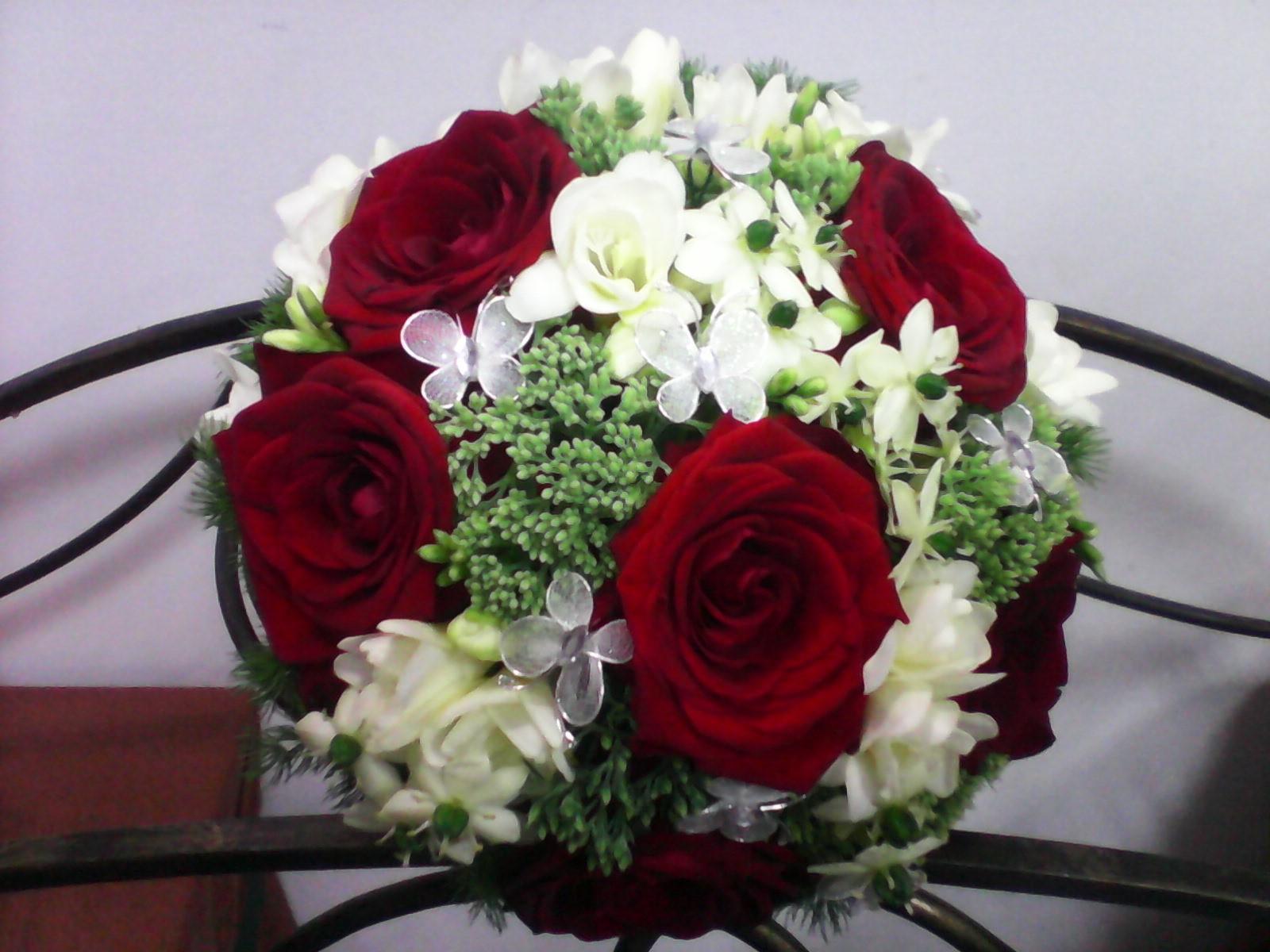Buchet Trandafiri Rosii Frezie Alba Sedum Otg Sifluturasi